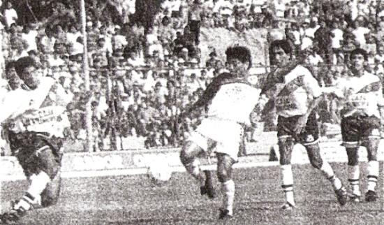 Gol de Marchán para Torino, sobre la marca de Pajuelo y ante la mirada del 'Flaco' Luis García. Era el ansiado 1-0 para los talareños (Recorte: diario El Bocón)
