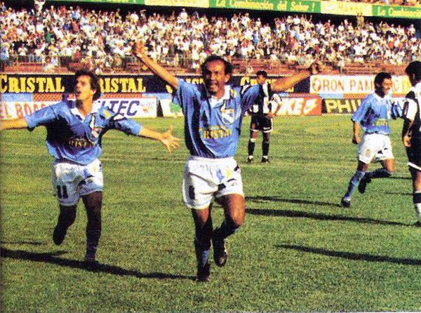 Cristal comienza a celebrar su campeonato luego del gol conseguido por el paraguayo Pedro Garay en la valla de Alianza. Aquel partido, válido por el Octogonal, culminó empatado a dos (Recorte: revista Conmebol)