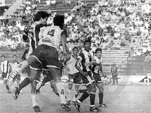 El remate de cabeza de Franco Navarro envió el balón directo hacia el arco custodiado por Leonel Rocco (Recorte: diario El Bocón)
