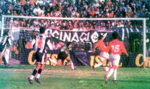 Momento exacto del único gol del partido, anotado por Paul Cominges ante un Jacinto Rodríguez que no tuvo reacción (Recorte: diario Líbero)