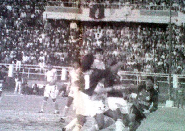 Julio César Balerio ya quedó en el camino y Adrián Gatti se apresta a sentenciar el empate final en el Cusco (Recorte: diario El Bocón)