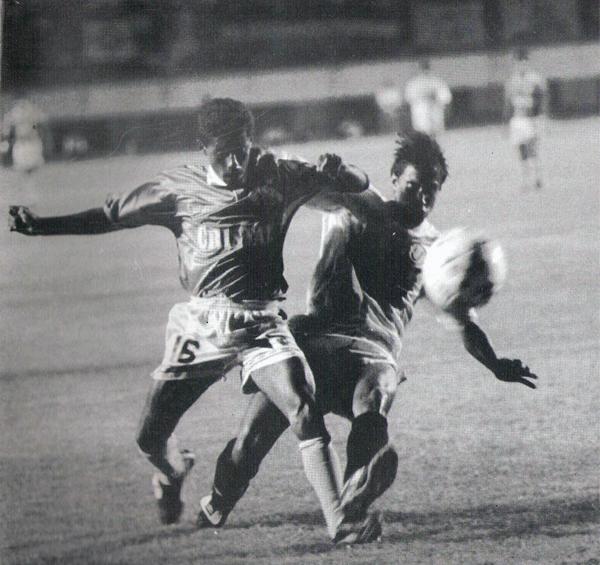 Roberto Palacios lucha con el 'Cheta' Domínguez por la posesión del esférico. El 'Chorri' no arrancó como titular en aquel partido (Recorte: revista Estadio)