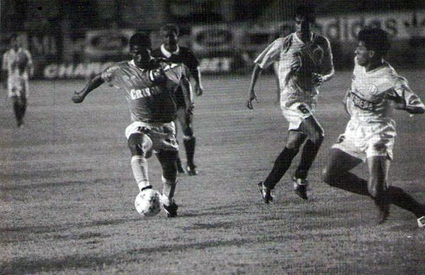 Álex Magallanes inició la jugada que derivó en el empate del brasileño Marco Roberto. Luego Germán Carty le dio el triunfo a los cremas (Recorte: revista Estadio)