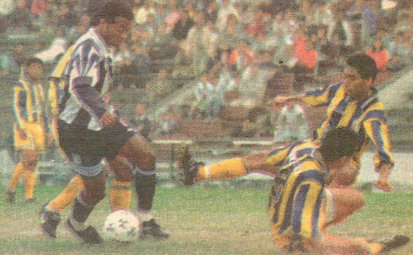 Waldir Sáenz intenta superar a la inexperta defensa policial, que ese día recibió su mayor goleada en encuentros en Primera División: 0-5 ante Alianza Lma (Recorte: diario El Bocón)