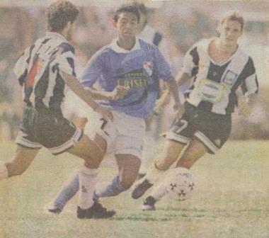 Último partido de Alianza Atlético con camisetas blanquiazules: en el Descentralizado 1996 ante Sporting Cristal (Recorte: diario El Comercio, suplemento Deporte Total)