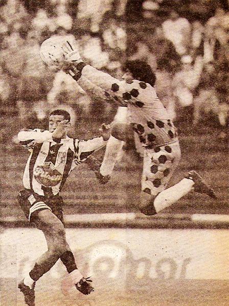 El 'Gato' lesionó involuntariamente a Marcelo Bujica en esta jugada del Alianza - Pesquero del Descentralizado 1996. (Foto: diario El Comercio, suplemento Deporte Total)
