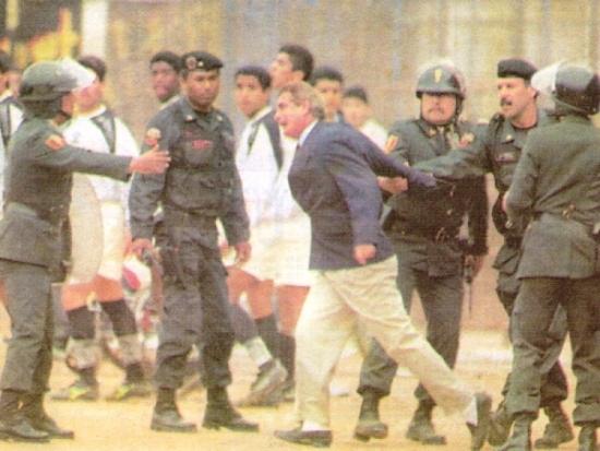 Discutiendo con la policía cuando empezaba a gestarse la bronca en el 'U' - Cristal de 1996 (Recorte: diario Líbero)