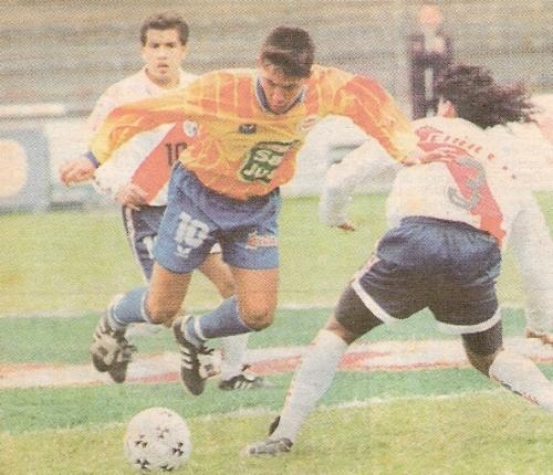 El '10' de La Loretana en el fútbol rentado, Leonardo Uehara, en acción ante Deportivo Municipal. Fue el jugador más representativo que tuvieron los gaseoseros en su paso por la máxima división (Recorte: diario El Líbero)