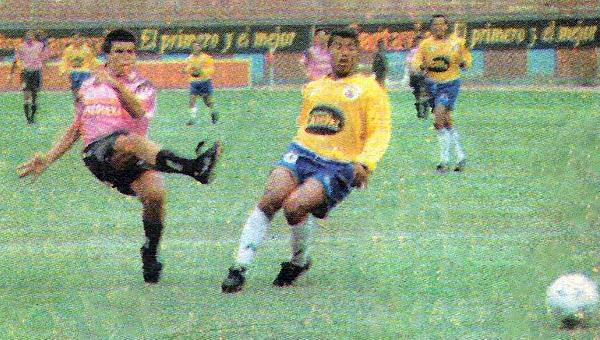 El remate de Héctor Vega ya va camino al arco de Unión Minas en uno de los dos goles que le anotó al equipo cerreño (Recorte: diario El Bocón)