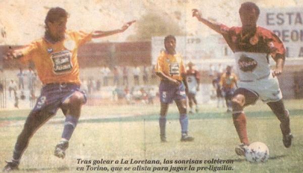 El 'Carón' Wilmer Abad dispara ante la marca de Raúl Mejía en el Torino 3 - La Loretana 0 del Descentralizado 1996. (Recorte: diario Líbero)