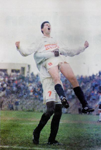 El 'Pirata' Adrián Czornomaz y uno de sus gritos de gol en 1996 luego de anotar en la valla de Alianza Atlético (Recorte: diario Ojo)