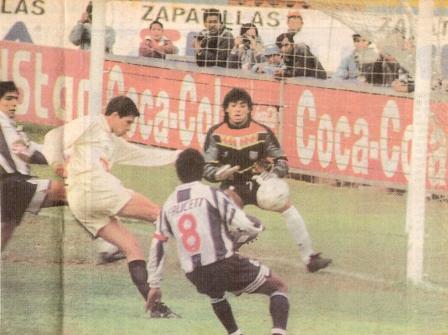 El 'Pirata' Czornomaz bate de media vuelta a Pizarro apenas al minuto del tanto aliancista para volver a poner las cosas igualadas (Recorte: diario Líbero, 30/06/96)