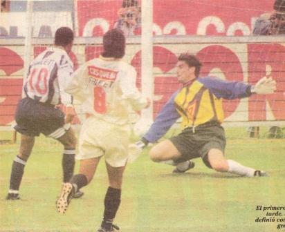 Waldir define a la salida de Ibáñez para poner en ventaja a Alianza a los 4' de juego del clásico de 1996 (Recorte: diario Líbero, 30/06/96)