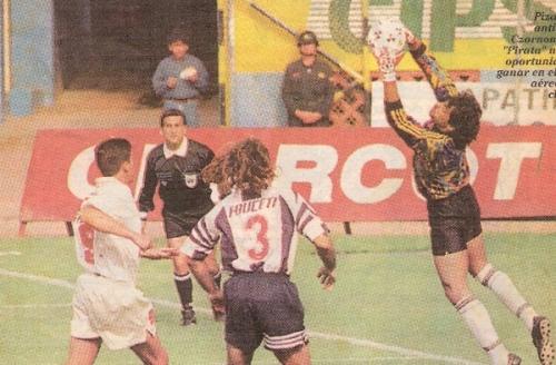 Panel de Charcot en el estadio Nacional durante el clásico -entre aliancistas y cremas, este sí- de la Liguilla de 1996. Poco después, el anuncio desapareció del coloso de José Díaz (Recorte: diario Líbero)