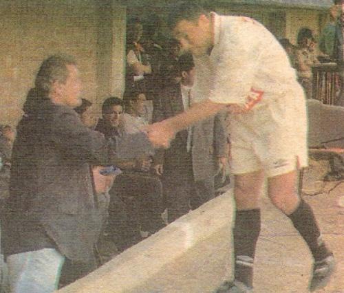 En su último partido en la 'U', ante Cienciano en la 'Cancha de los Muertos' y despidiéndose de otro personaje que también jugó esa vez su último cotejo con la crema: el 'Loco' Gabriel González (Recorte: diario El Bocón)