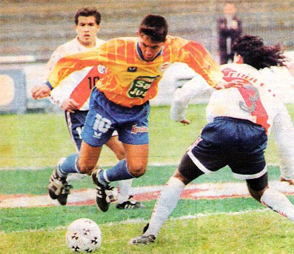 Leonardo Uehara con la camiseta de La Loretana en 1996, durante su primer año jugando el Descentralizado y en partido ante Municipal (Recorte: diario Líbero)