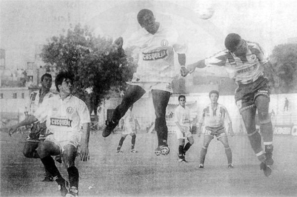 Golpe de cabeza de Eddy Carazas para anotar un gol con Universitario sobre el arco de Guardia Republicana en la temporada de 1996 (Recorte: diario El Bocón)