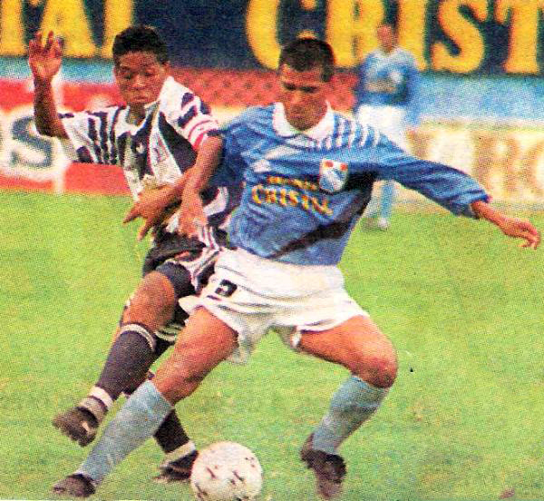 Dos de los mejores volantes de marca de entonces en el fútbol peruano eran Juan Jayo y Estanislao Struway. Aquí, ambos se trenzan en la lucha por el balón (Recorte: diario Líbero)