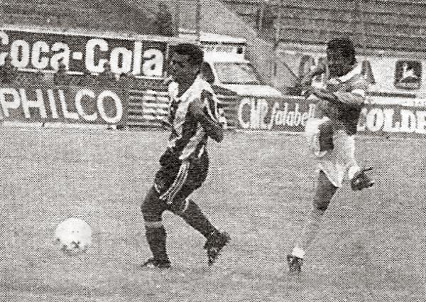 El 'Chorrillano' Palacios ensaya un remate que no llegó a destino ante la presencia de Walter Machaca en el estadio Nacional (Recorte: diario El Bocón)