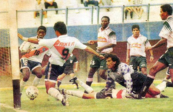 Gol de Tamashiro en el 2-2 del partido en la 'Cancha de los Muertos' (Recorte: diario El Comercio, suplemento Deporte Total)
