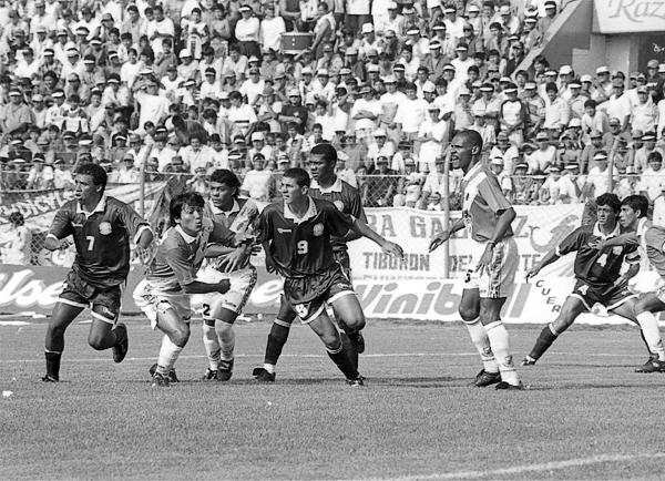 Un año luego de su debut en Primera, Pizarro ya era una seria amenaza para las defensas rivales, tal como aquí se aprecia durante el duelo de equipos chimbotanos, Gálvez y Pesquero, en el Torneo Apertura 1997 (Recorte: Diario de Chimbote)