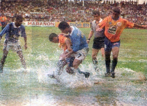 Una imagen de aquel partido en Pucallpa cuando el balón práciticamente flotaba sobre el césped con el árbitro Luis Seminario observando la acción (Recorte: diario El Bocón)