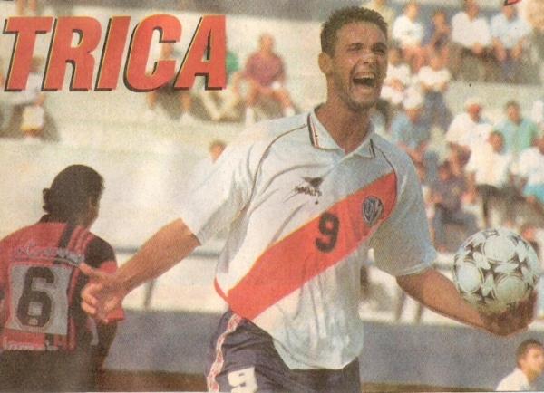 Bica celebra uno de sus goles en el 3-1 de Municipal sobre Melgar en el Apertura 1997 (Recorte: diario El Bocón)