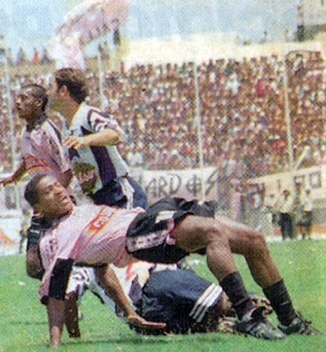 Carlos 'Kukín' Flores cae ante la marca aliancista la tarde en la que Boys también cayó en el Miguel Grau la primera vez que recibió a Alianza en 1997 (Recorte: diario Líbero)