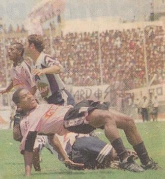 En uno de los dos únicos partidos que disputó con el Boys de 1997, frente a Alianza Lima (Foto: diario Líbero, 03/03/97)