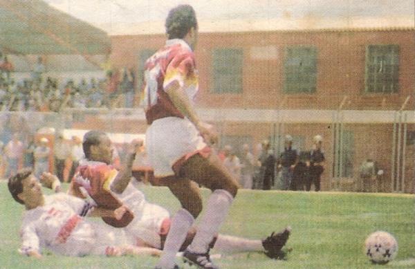 El brasileño Carlinho despeja el peligro durante el empate 1-1 entre Melgar y Torino por el Apertura 1997 (Recorte: diario Líbero)