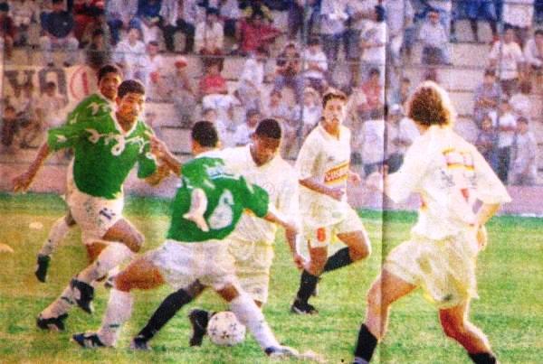 Pese al planteamiento defensivo, Alcides Vigo siempre se las ingenió para generar pánico en territorio crema. Uno de sus referentes en ataque era Roberto Valenzuela (Recorte: diario El Bocón)