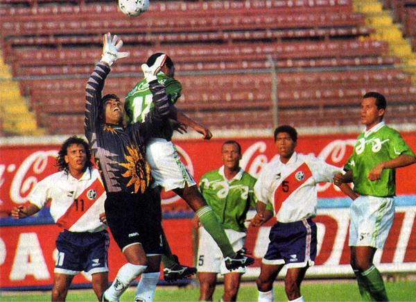 Llegó, jugó y se fue. En 1997 Alcides Vigo tuvo la oportunidad de jugar en el Descentralizado pero no pudo mantener la categoría (Recorte: revista Once)