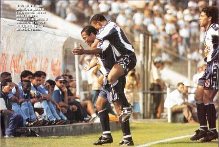 Mayo de 1997: David Chévez abraza a Waldir Sáenz la tarde del recordado 5-4 de Alianza sobre Cristal. Desde entonces, los íntimos no ganaban un partido remontando una desventaja de dos goles (Recorte: Once, Nº 1 p. 9)