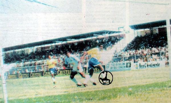 Uno de los cinco goles de Ricardo Zegarra el día que Alianza Atlético goleó 8-1 a Unión Minas (Recorte: diario Correo de Piura)