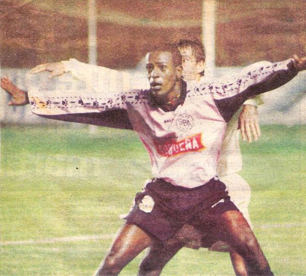 Rogério defiende el esférico ante la arremetida del 'Cheta' Domínguez. Boys manejó bien su ventaja, pese a que posteriormente le volvieron a igualar el marcador (Recorte: diario El Comercio / suplemento Deporte Total)