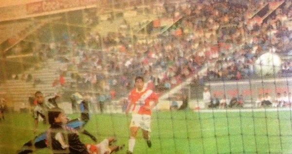 Marcelo Bujica anota el tercer gol de Alianza en su triunfo 4-0 sobre Gálvez en el Clausura 1997. Fue el cuarto gol al hilo del brasileño en ese torneo. (Recorte: diario Líbero)