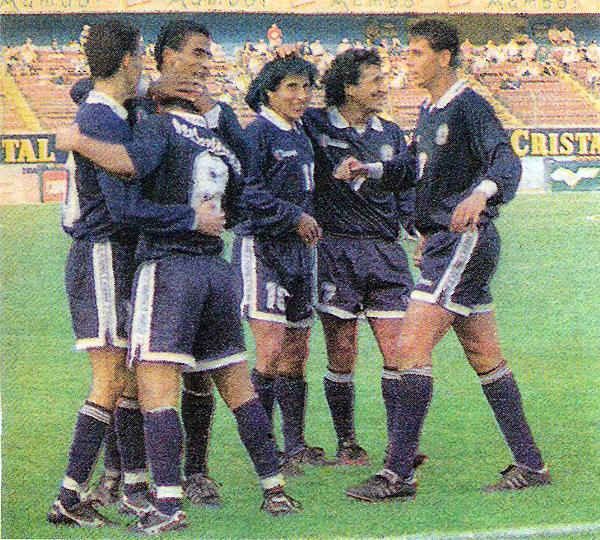 Durante su paso por Pesquero, Claudio Pizarro compartió ataque con jugadores de diversas características, como por ejemplo con Marco Rodríguez, que aquí celebra el gol que consiguió en el 1-3 chimbotano sobre Municipal durante el Torneo Clausura de 1997 (Recorte: diario Líbero)