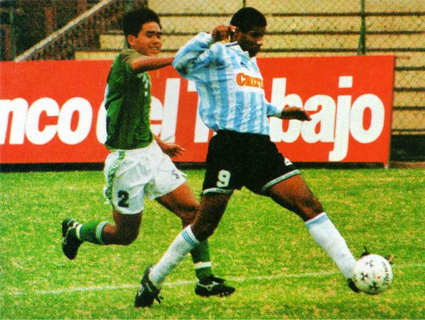 El calor de Sullana encendió la chispa goleadora de Ricardo Zegarra, que ese año resultó imparable para las defensas (Recorte: revista Once)