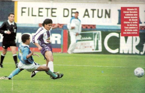 Preciso instante en que César Rosales supera la marca de Carlos Zegarra y decreta el 2-3 que envió al primer lugar del Clausura al elenco victoriano (Recorte: revista Once)