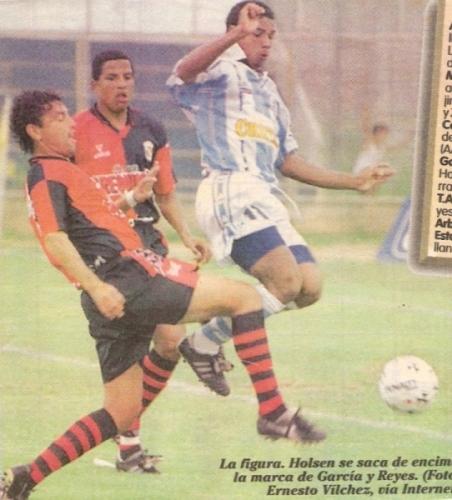 Roberto Holsen marcado por Martín García y el 'Tata' Reyes la tarde cuando Alianza Atlético goleó 4-1 a Melgar por el Apertura 1998, con 'Chispita' entre los anotadores (Recorte: diario Líbero)