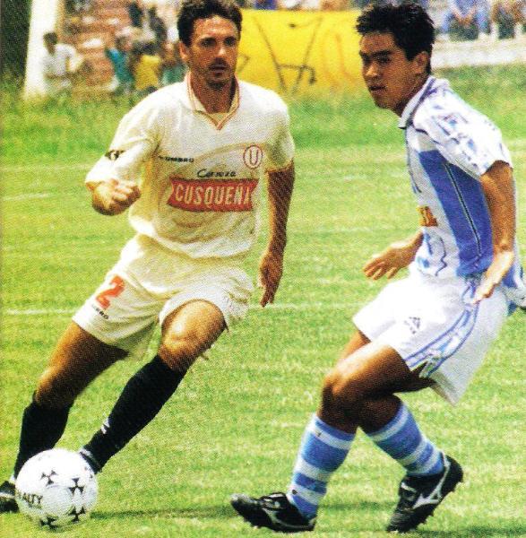 Gustavo Falaschi y Marco Okuma en acción en el primer 0-0 registrado entre Alianza Atlético y Universitario en Piura, por el Apertura 1998. (Recorte: revista Don Balón Perú)