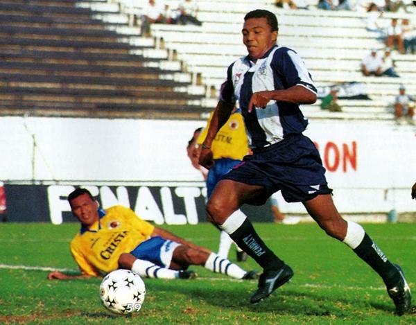 David Chévez va camino a anotar el segundo gol en el 6-0 de Alianza sobre Unión Minas en Matute mientras a un lado yace vencido Jorge Ágapo Gonzales (Recorte: revista Don Balón Perú)