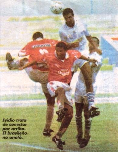 Nilson Esidio salta con Ismael Zegarra. Fue la tarde del Aurich - Cristal del Apertura 1998 en Chiclayo, cuando los rimenses jugaron de blanco (Recorte: diario El Bocón)