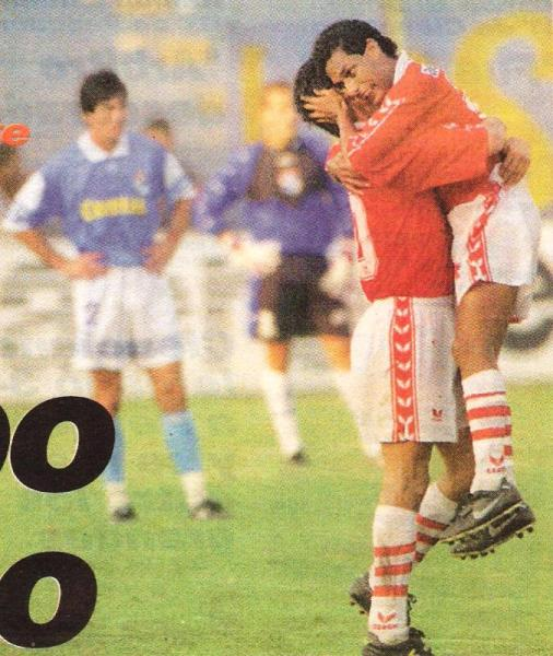 Johnny Mujica celebra el convertido ante Sporting Cristal. Aquella vez, por el Apertura 1998, Aurich igualó 2-2 en Lima ante los cerveceros (Recorte: diario Líbero)