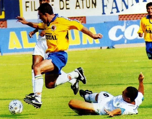Lawn Tennis, ascendido como campeón de la Segunda División, le cortó el paso al Minas en la primera fecha de la temporada 1998 (Recorte: revista Don Balón Perú)