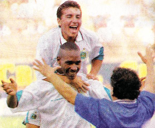 Lawn Tennis, con Juan Luna y Juan Montenegro en sus filas, habría tenido la ocasión de estrenar su nombre en Primera División y en un torneo internacional en un mismo año, el de 1998 (Recorte: diario Líbero)