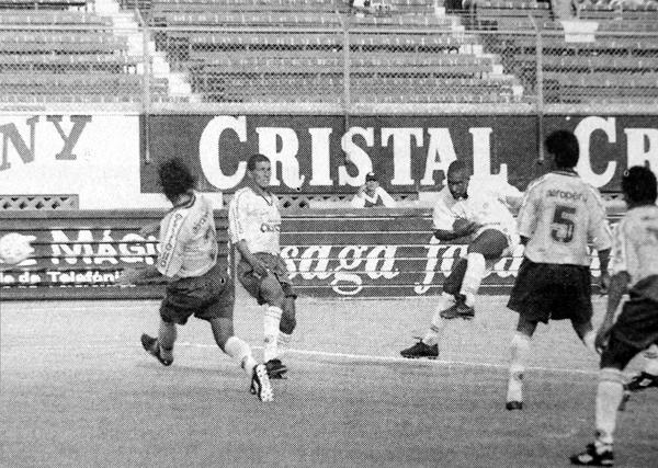Juan Luna sacó un remate directo hacia el arco de Unión Minas que tras un rebote acabó siendo el gol de Alessandro Morán en el debut tenista (Recorte: diario El Bocón)