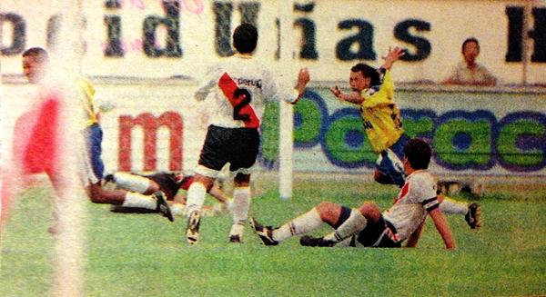 En 1998, Unión Minas ganaba en Lima luego de seis años. Ricardo Quintana celebra uno de los tantos (Recorte: diario Líbero)