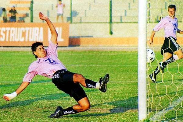 Ibarra anotando un gol con la rosada de Sport Boys, equipo con el que marcó 30 goles pero al que también le anotó 19 veces (Recorte: revista Don Balón Perú)