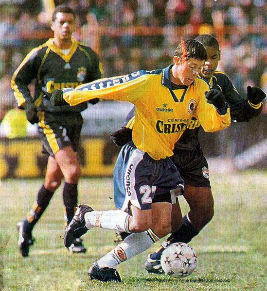 Sergio Godoy encara y supera a Ismael Alvarado en el partido que le dio la punta a Unión Minas en el Apertura '98 (Recorte: diario El Comercio, suplemento Deporte Total)